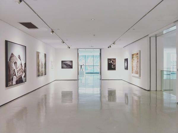 Ausstellungsraum mit Fotografien gedruckt auf Fineartpapier